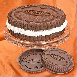 Cute bakeware: Oreo cookie shaped cake pan
