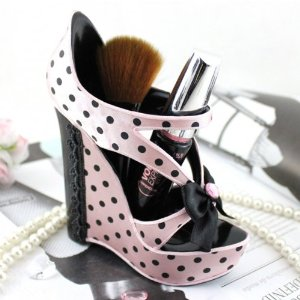 Girly desk accessories: pink shoe shaped pen holder